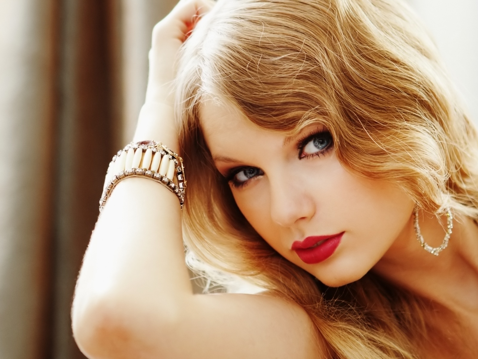 taylor-swift-hot-red-lipstick-taylor-swift-31650397-1600-1200
